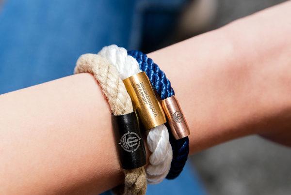 Arm mit Seemannsgarn-Armbändern
